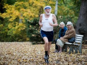 """Dieter Hallervorden rennt durch den Park in einer Szene seines Films """"Sein letztes Rennen""""."""