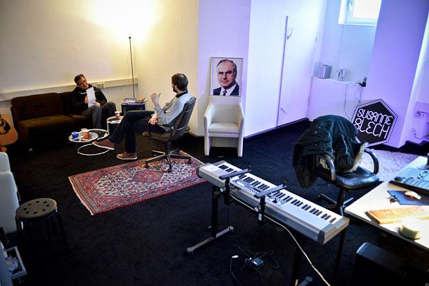 Raum mit dunklem Teppich, Keyboard und Sitzecke.