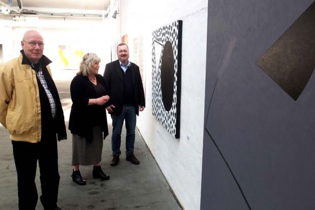 Bernd Damke, Jutta Laurinat und Dr. Oliver Doetzer-Berweger vor einer Bildreihe des Künstlers.