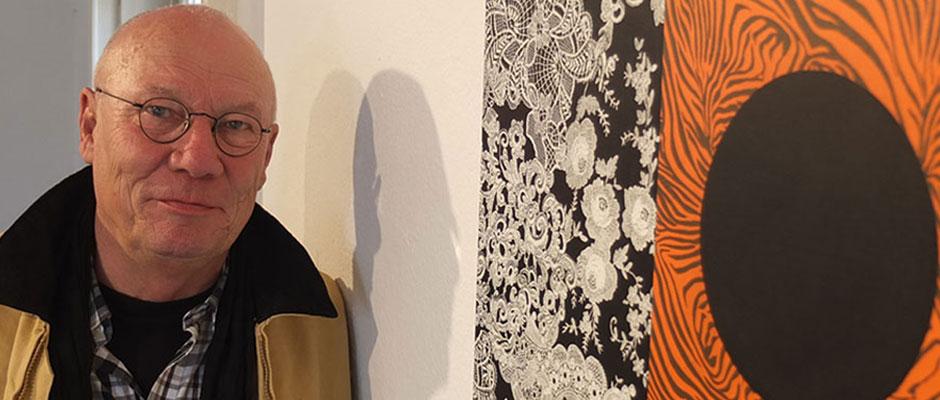 """Links der Künstler Bernd Damke, rechts das Bild """"Pow.Wo"""", das aus einem schwarzen Punkt und einem schwarz-orangenem Muster besteht."""