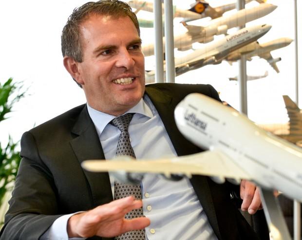 Der Lufthansa-Manager Spohr vor einem Flugzeug-Modell