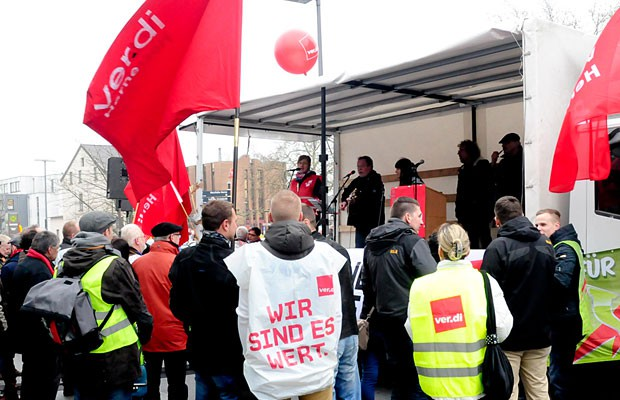 Auf der mobilen Bühne erläutern Gewerkschafter den Mitarbeitern aus dem öffentlichen Dienst, worum es geht.
