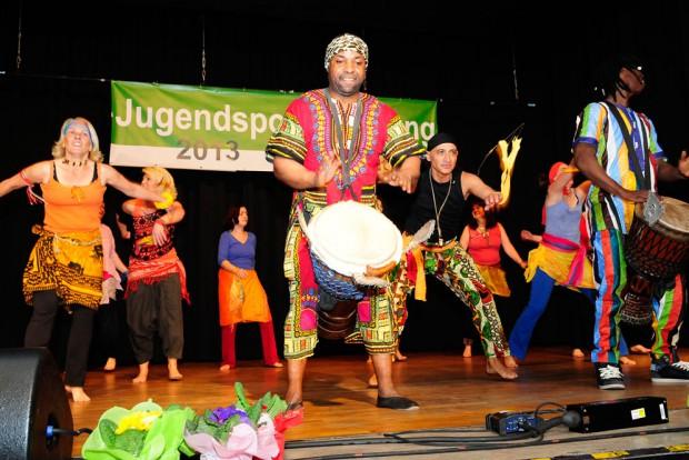 Mit afrikanischen Trommeln wurde den Gästen im Volkshaus Röhlinghausen richtig eingeheizt. Foto: Kirsten Weber