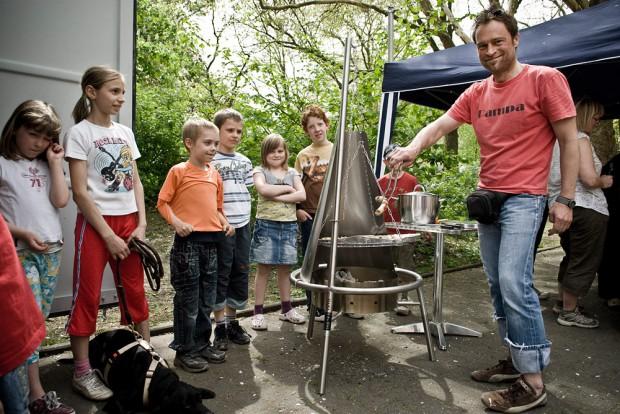 Im Hof der Wache bei einem Grillfest für Kinder und Jugendliche 2010