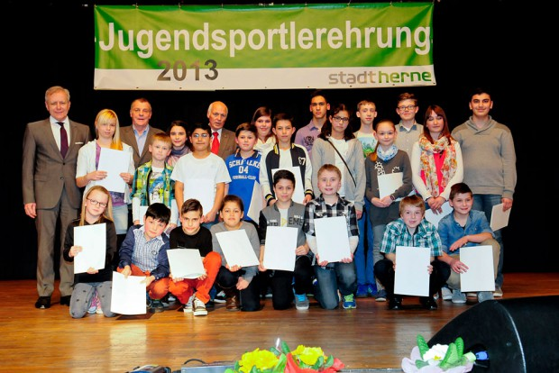 Zahlreiche Kinder und Jugendliche erhielten auf der Bühne ihre Urkunden. Foto: Kirsten Weber