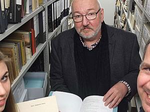 Autor Jan Zweyer, Hans-Jürgen Hagen, Leiter des Stadtarchivs, und die Auszubildende Alina Gränitz verstauen die Manuskripte im Stadtarchiv-Keller.