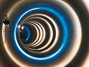 Wirkt wie eine Lichtinstallation: der Blick in ein Kanalrohr. Foto: Jochen Durchleuchter