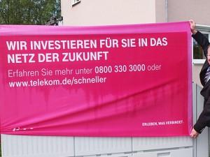 Dr. Hans Werner Klee (l.) freut sich gemeinsam mit  den Telekom-Mitarbeitern Frank Neiling (M.) und Volker Dürholz über den Ausbau.
