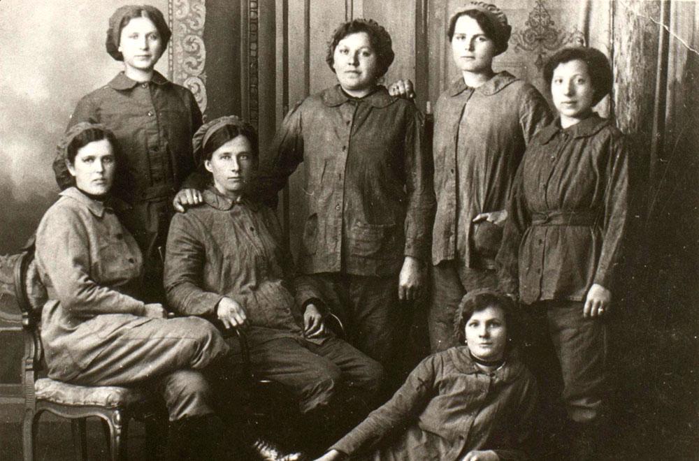 Weil die Männer an der Kriegsfront waren, mussten verstärkt Frauen und Jugendliche in den Zechen und Fabriken arbeiten. Hier Frauen als Arbeiterinnen auf der Zeche Friedrich der Große in Horsthausen. © Stadtarchiv Herne