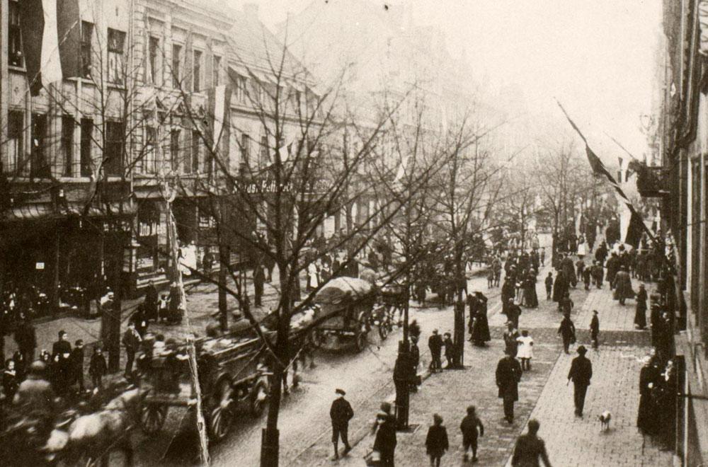 Truppen ziehen durch die Bahnhofstraße. © Stadtarchiv Herne