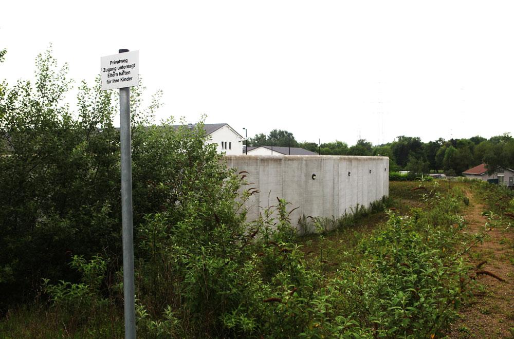 Am Fuß der Halde - die Mauern der Forensik. © Stadt Herne, Horst Martens