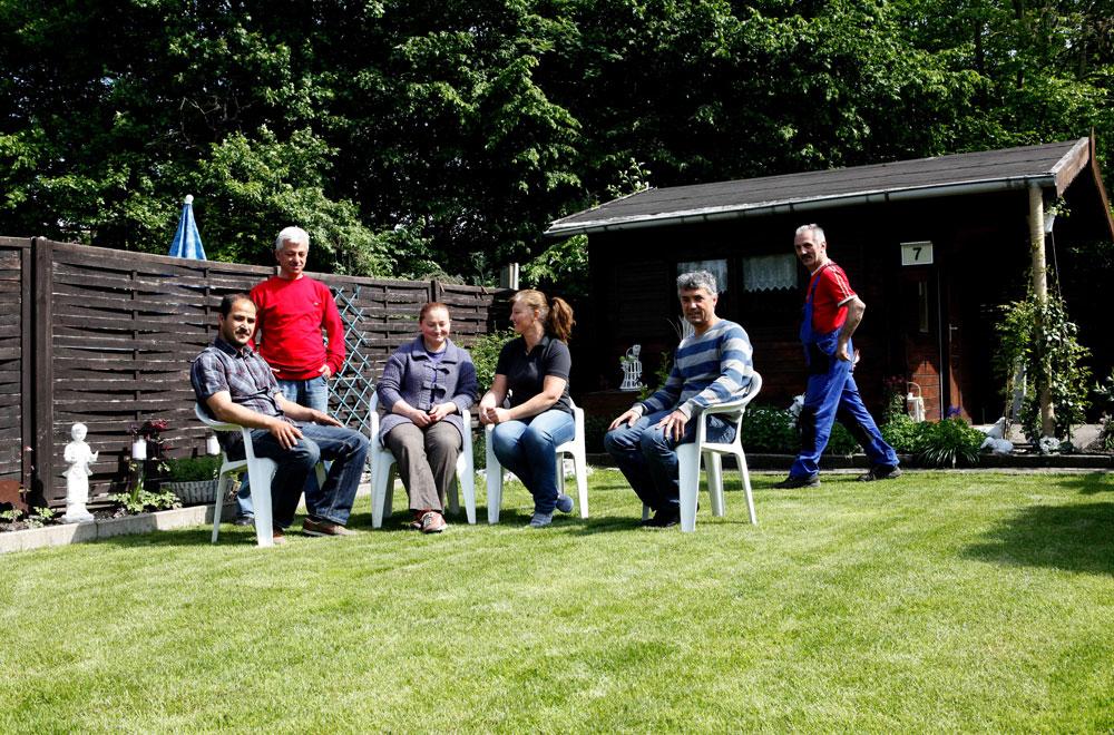 """Der Schrebergarten """"Grüne Wanne"""" wird komplett von türkischstämmigen Gartenliebhabern gebildet. Hier besuchen wir: Ercan Kirnapci, Sahin Yavuz, Hafize Kirnapci, Gülceren Yildiz"""