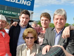 Geschäftsführer Christian Stiebling (2. von re.) im Kreis seiner Familie. © Stefan Kuhn/Reifen Stiebling