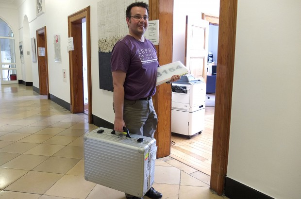 Wahlhelfer Dirk Plötzke, vielen von der Herner Sparkasse bekannt, gehört zu den ersten, die ihren Koffer im Rathaus abgeben.