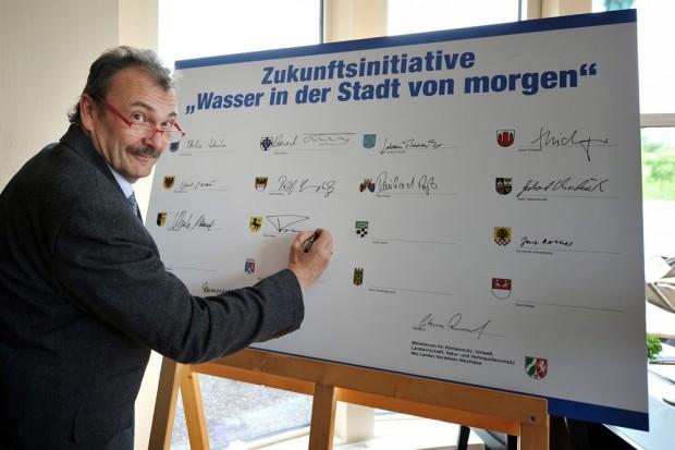 Stadtrat Karlheinz Friedrichs unterzeichnet die Zukunftsinitiative. © Emschergenossenschaft