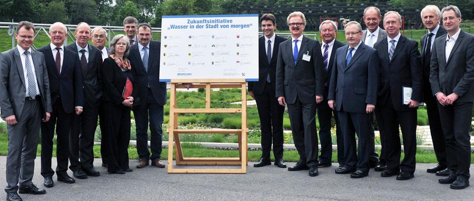Vertreter der Städte und der Emschergenossenschaft bei der Unterzeichnung der Zukungsinitiative (links neben Aufsteller: Stadtrat Karlheinz Friedrichs).