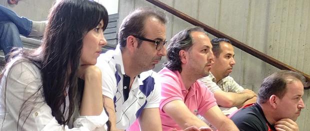 Zuschauer auf der Rathaustreppe, die gebannt die Ergebnisentwicklung bei den Integrationsratswahlen verfolgen, unter ihnen Muzaffer Oruç und Nurten Özçelik, Vorsitzender und Stellvertreterin des aktuellen Integrationsrates.