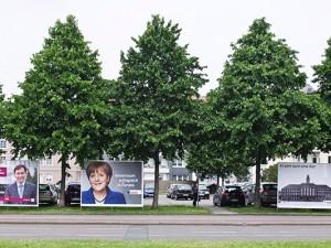 Wahlplakate in der Nähe des Herner Rathauses. Mindestens drei Motive bilden das Rathaus selbst ab - in der einen oder anderen Form. © Horst Martens