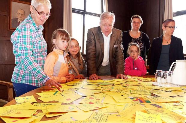 Der ganze Sitzungstisch ist gelb vor lauter Karten. Der OB mit Nicole Leichsenring, Brigitte Niesel, Birgit Sensen und den Schülern.