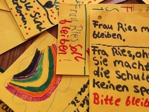 Diese gelben Karten übergaben Schüler dem OB.