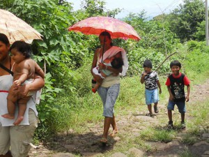 Frauen mit ihren Kindern auf dem Weg zum Arzt.