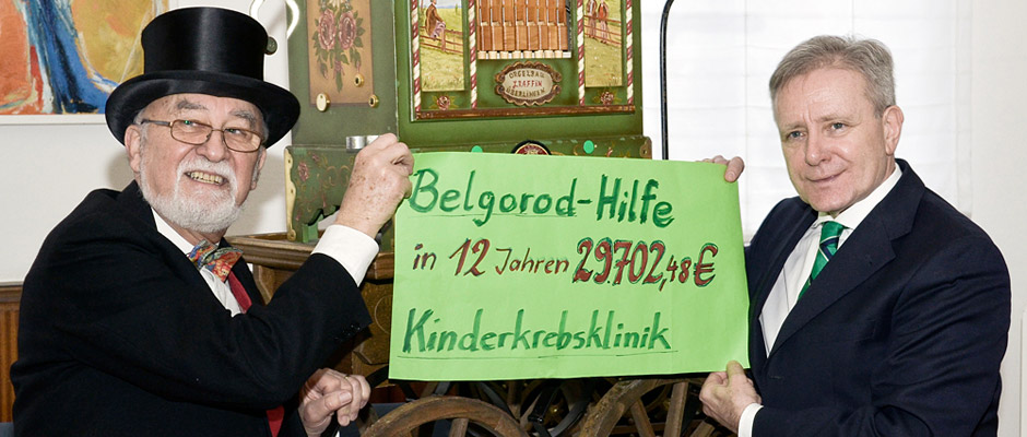 Dieter Sebastian, der mit seiner Orgel viele Spendengelder eingespielt hat, übergibt Oberbürmeister Horst Schiereck eine Bilanz seiner Aktivitäten. © Thomas Schmidt, Stadt Herne