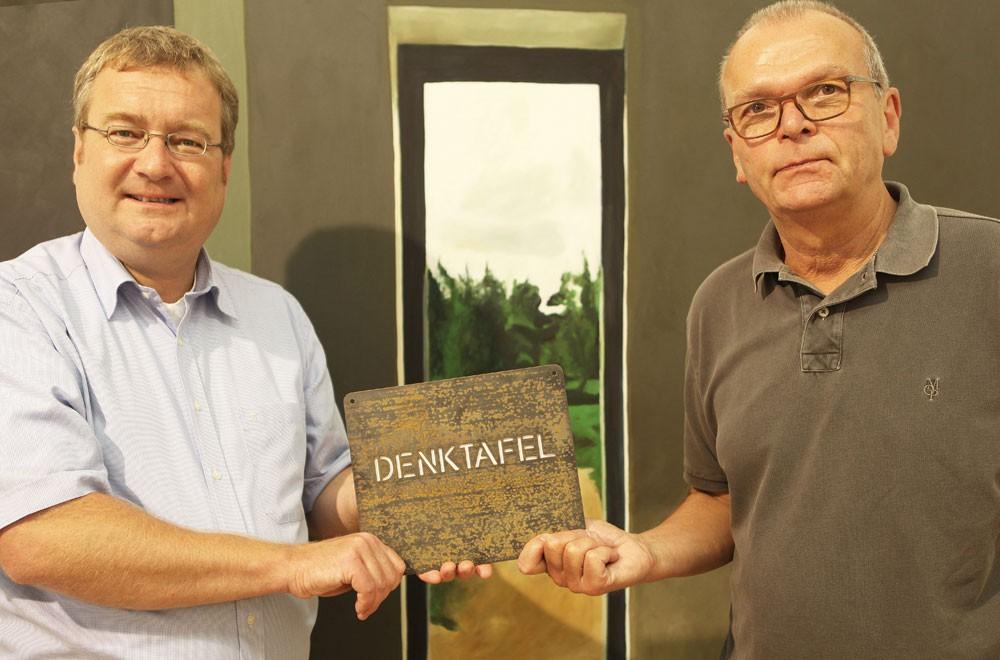 HP Müller übergibt die Denktafel an Museumsdirektor Dr. Oliver Doetzer-Berweger.
