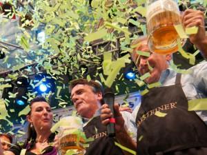 Zur Eröffnung 2013 stach NRW-Verkehrsminister Michael Groschek (li.) gemeinsam mit HernesOB Horst Schiereck und einem Vertreter der Warsteiner-Brauerei das Fass an. © Stadtmarketing Herne