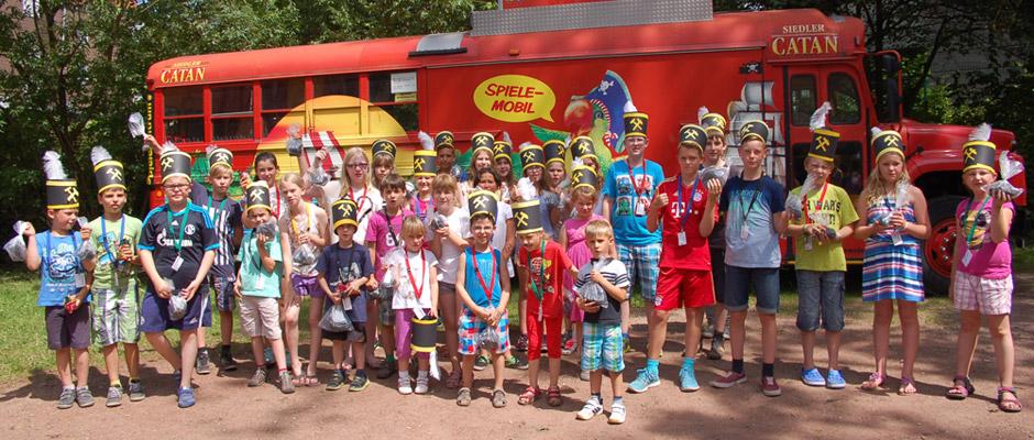 Kinder mit Knappenausrüstung vor der Abfahrt zur Zeche.
