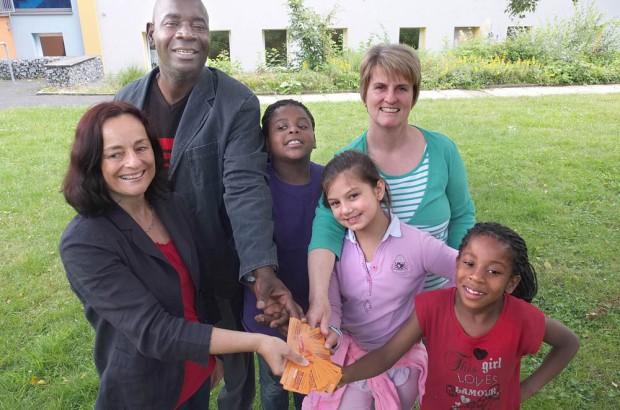 Augustin (2.v.l.), Ruth, Suraiya und Deborah Yunduka freuen sich über die Kinokarten, die Marion Heuer (l.) und Katja Jähnel überreichen.
