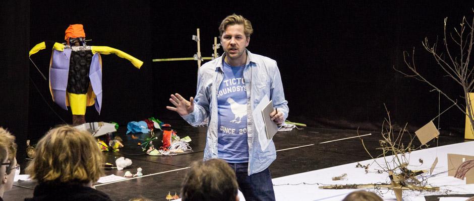 Christian Lagé spricht hier zu den Jugendlichen. © Sascha Rutzen
