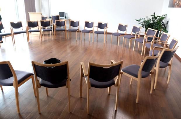 Rund 30 Stühle stehen im Kreis - für die Morgenrunde und die Gruppentherapie. © Stadt Herne_Horst Martens