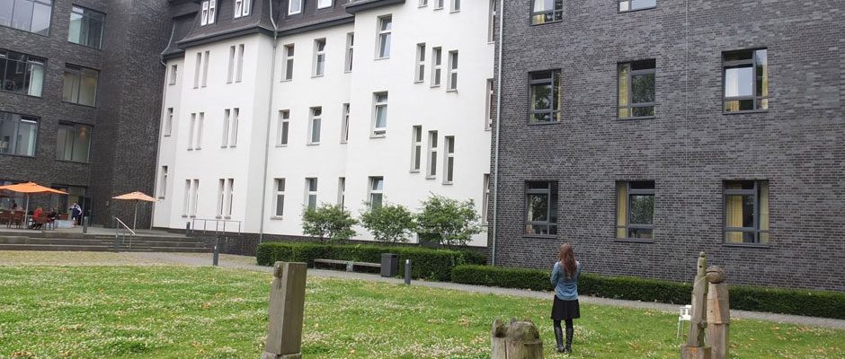 Meditation vor dem großen Krankenhausgebäude. © Stadt Herne_Horst Martens