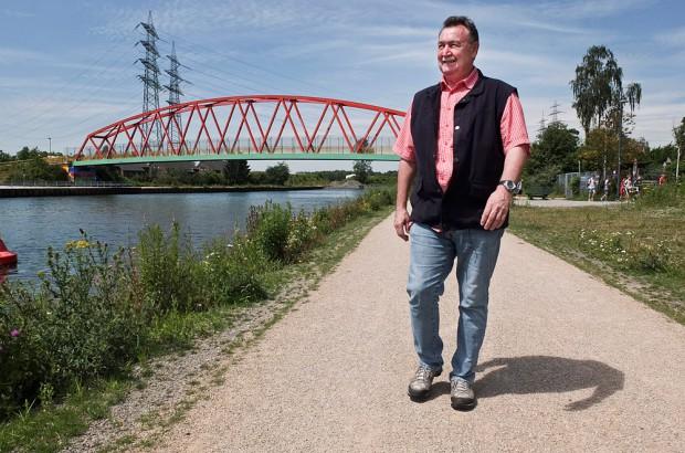 Roland Schönig bei einem Rundgang am Rhein-Herne-Kanal. © Michael Paternoga