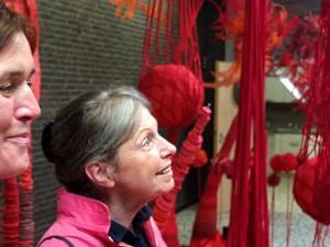 """Fasziniert von der """"Roten Welt"""": Pädagogin Heike Sommer und eine Besucherin. © Stadt Herne, Horst Martens"""