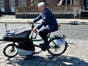 OB Horst Schiereck testet ein neues Fahrradmodell vor dem Herner Rathaus. ©Thomas Schmidt, Stadt Herne