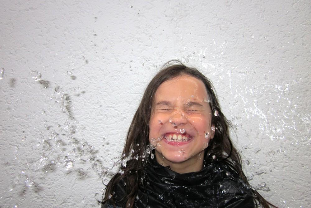 Es ist keine Eiskübel-Herausforderung: Liljana Poterala in einer Wasserschlacht. © Kunsthaus Crange