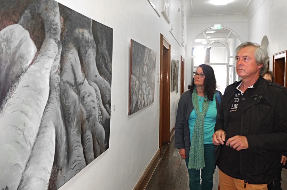 """Annegret Schrader und Reiner Glebsattel betrachten die """"Baumwurzeln"""" von Glebsattel. © Stadt Herne, Horst Martens"""