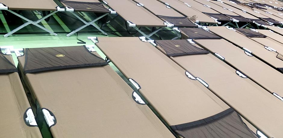 Feldbetten in der Sporthalle, dem ersten Aufenthaltsort der Flüchtlinge.