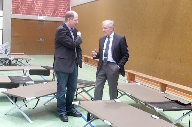 Sozialdezernent Johannes Chudziak und Oberbürgermeister Horst Schiereck sehen sich in der Halle um.