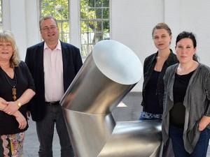 Jutta Laurinat, Dr. Oliver Doetzer-Berweger, Bettina Zachow und Claudia Buch vor einer Skulptur von Gräsel. © Stadt Herne, Horst Martens