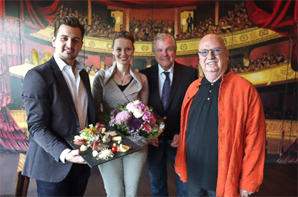 Der neue Pächter Wladimir Paster ( links) mit seiner Frau, Ulrich van Dillen, TGG Geschäftsführer und Mondpalast-Prinzipal Christian Stratmann.© Stadt Herne