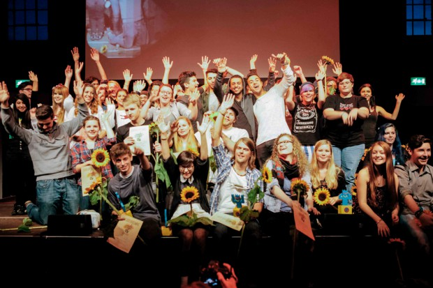 """Alle teilnehmenden Künstler des """"Herbert"""" versammeln sich auf der Bühne. © Stadt Herne, Mischa Lorenz."""