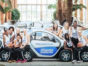 Die Basketballerinnen des Herner TC, die in der 1. Damen-Bundesliga zurzeit auf Tabellenplatz 2 stehen, präsentierten das kultige Kundenfahrzeug in der Herner Akademie Mont-Cenis. © Jakob Studnar / Reifen Stiebling.