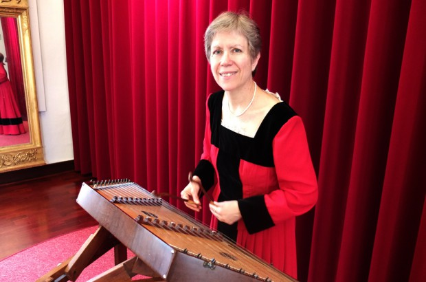 Jessica Burri mit Dulcimer - sie führt mit Weihnachtsliedern durch die Geschichte. © Stadt Herne, Horst Martens