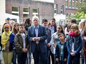 Hans Tilkwoski mit Mädchen und Jungen der Hans-Tilkowski-Schule.© Thomas Schmidt, Stadt Herne