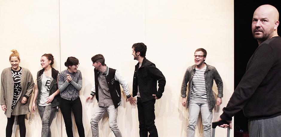 """Szene aus dem Stück """"Leider Deutsch"""" mit den Schauspielern Ewert, Topal, Ihjeij, Küskü, Soni, Appelbaum und Moser. © Stadt Herne, Horst Martens"""