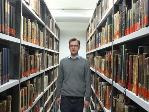 Durch die umfangreichen Bestände der Martin-Opitz-Bibliothek führt der stellvertretende Leiter Dr. Arkadiusz Danszcyk. © Stadt Herne, Horst Martens