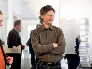 """Der Künstler Raymund Kaiser (Mitte) und Museumsleiter Dr. Oliver Doetzer-Berweger (links) sowie Linda Oberste-Beulmann im """"Spiegelsaal"""" der Städtischen Galerie. © Stadt Herne, Horst Martens."""