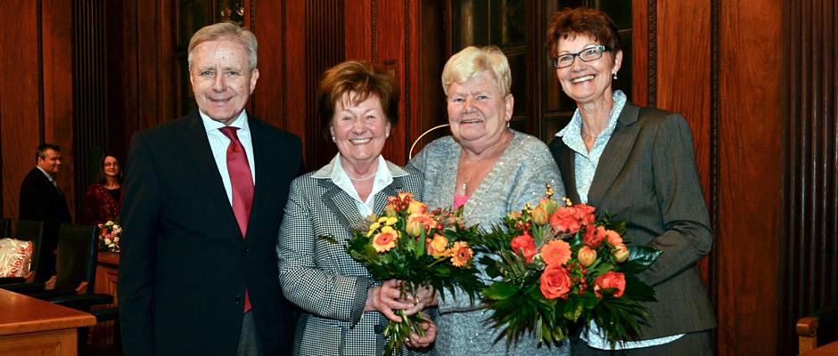 Oberbürgermeister Horst Schiereck bei der Ehrung von Gertraud Drobner, Marianne Klingebiel und Elfriede Behrendt. ©Thomas Schmidt, Stadt Herne